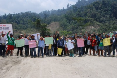 Penans protest against Murum dam-Road blocked-1
