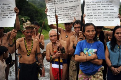In a picture taken on August 20, 2009, Penan tribespeople man a blockade with banners and spears to challenge vehicles of timber and plantation companies in Long Nen in Malaysia's Sarawak State. PHOTO/Saeed KHAN